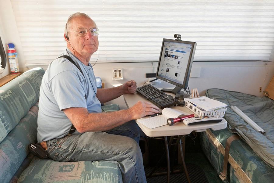 Roger Catches up on Facebook. Quartzsite, AZ
